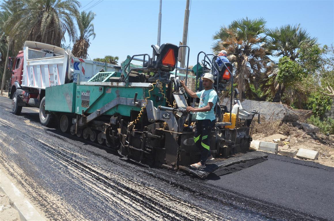 أعمال رصف الطريق المؤدى لمستشفى إسنا الجديدة (4)
