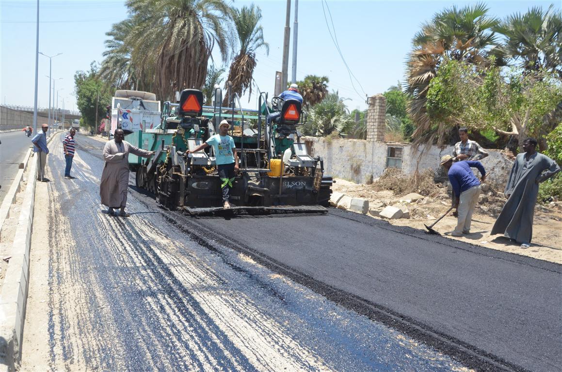 أعمال رصف الطريق المؤدى لمستشفى إسنا الجديدة (6)