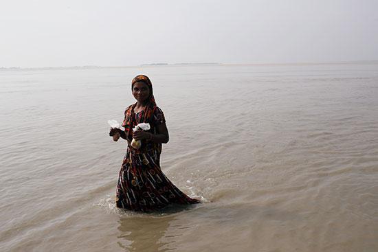 فتاة وسط مياه السيول