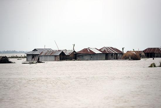 السيول تهيمن على الحياة فى بنجلاديش ونيبال