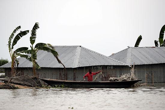 مواطنو بنجلاديش يستخدمون المراكب الخشبية للحركة بين الأحياء