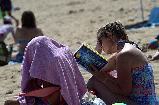 سيدات على الشواطئ