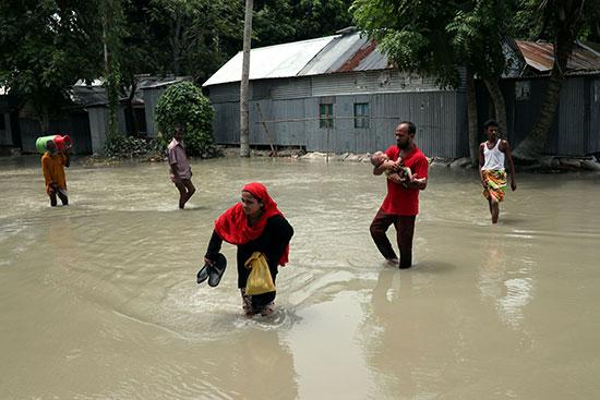 معاناة المواطنين فى بنجلاديش جراء السيول