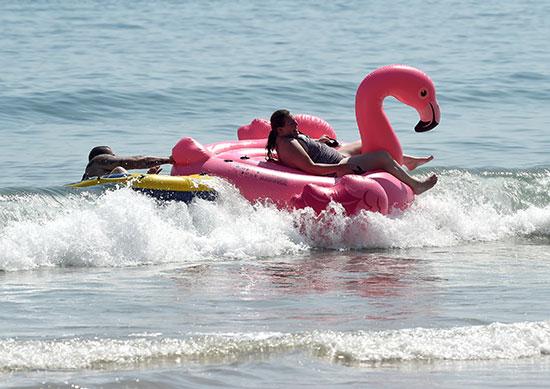 مواطنون يلجأون للبحر