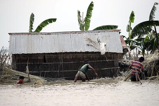 المياه تغطى المنازل ببنجلاديش