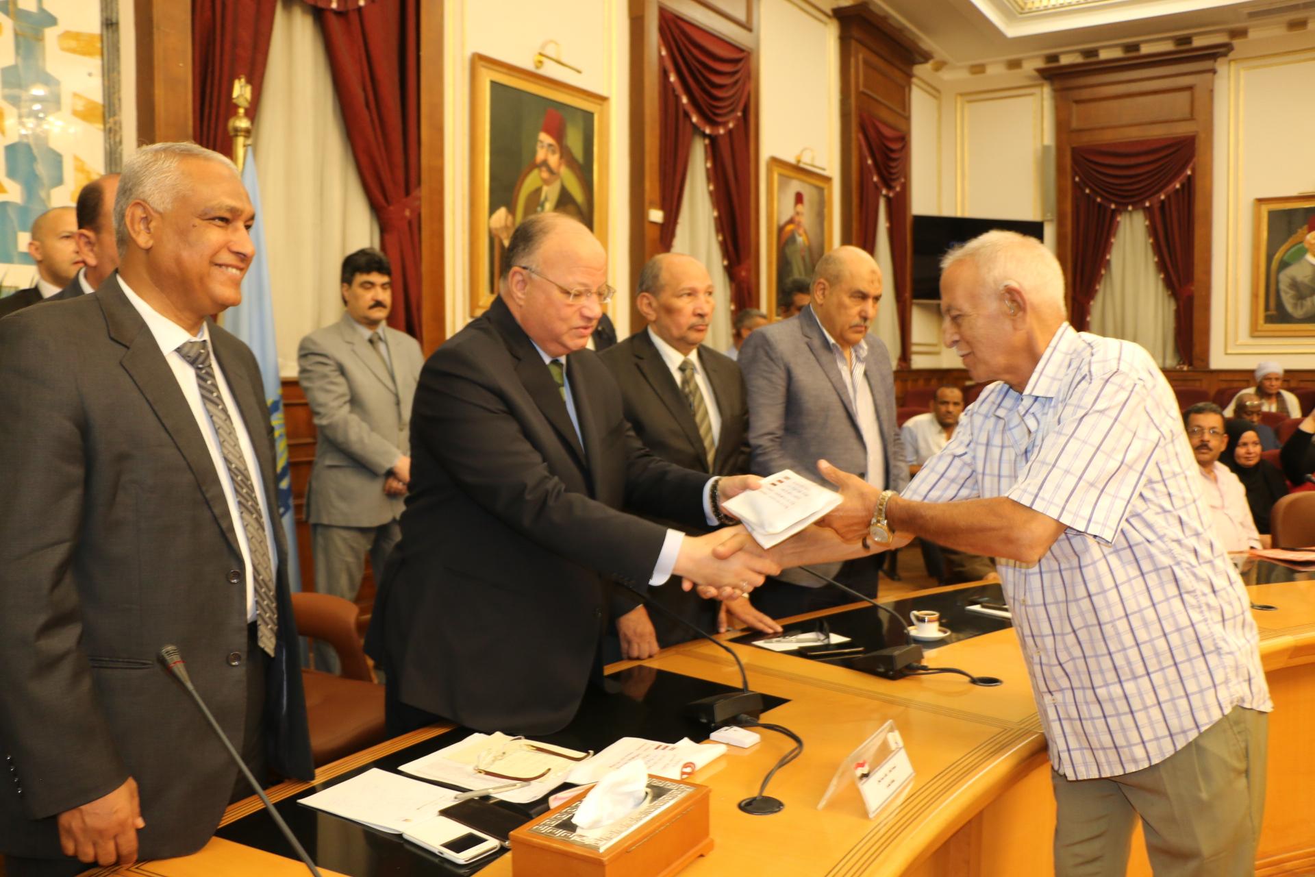 محافظ القاهرة يوزع تأشيرات الحج على حجاج الجمعيات الأهلية (3)