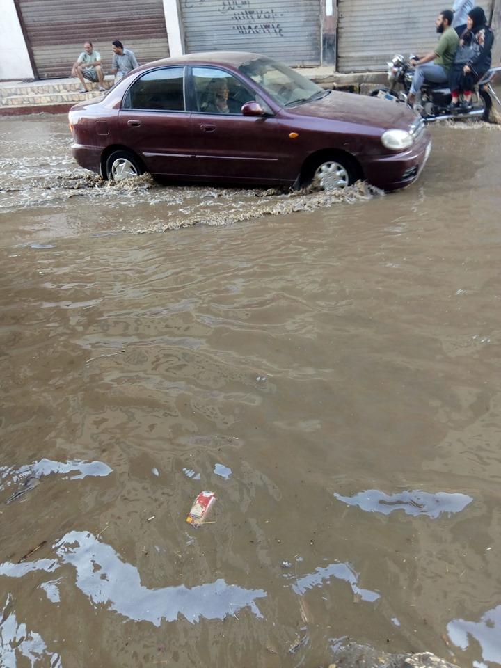 غرق شارع توشيبا ببنها بسبب كسر ماسورة مياه (4)
