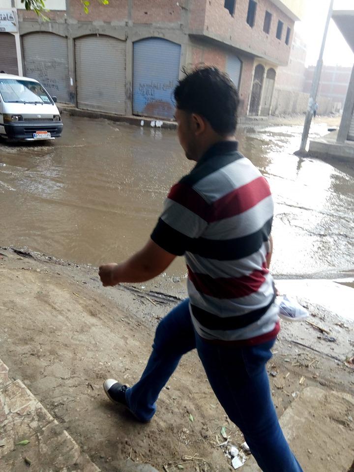 غرق شارع توشيبا ببنها بسبب كسر ماسورة مياه (5)