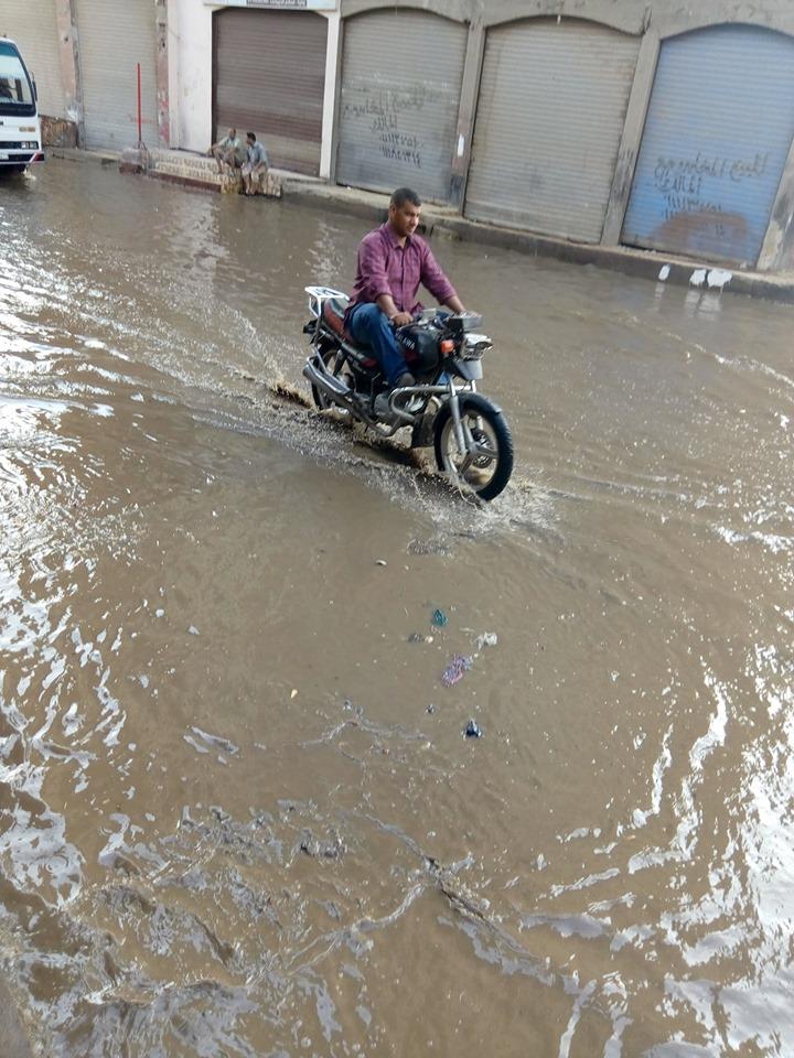 غرق شارع توشيبا ببنها بسبب كسر ماسورة مياه (2)