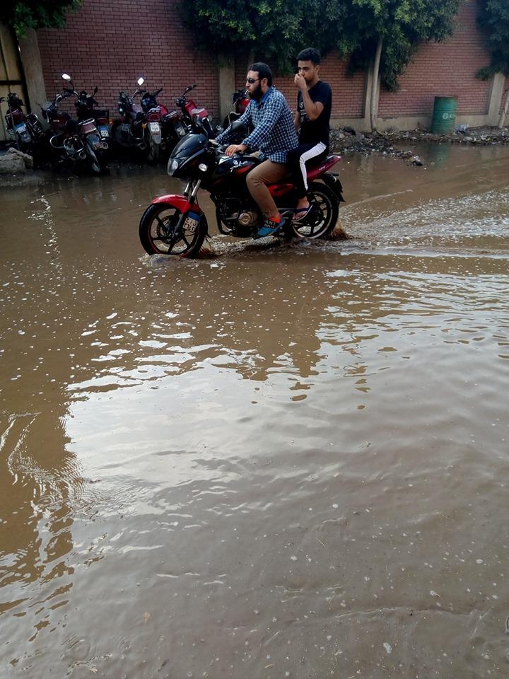 غرق شارع توشيبا ببنها بسبب كسر ماسورة مياه (1)