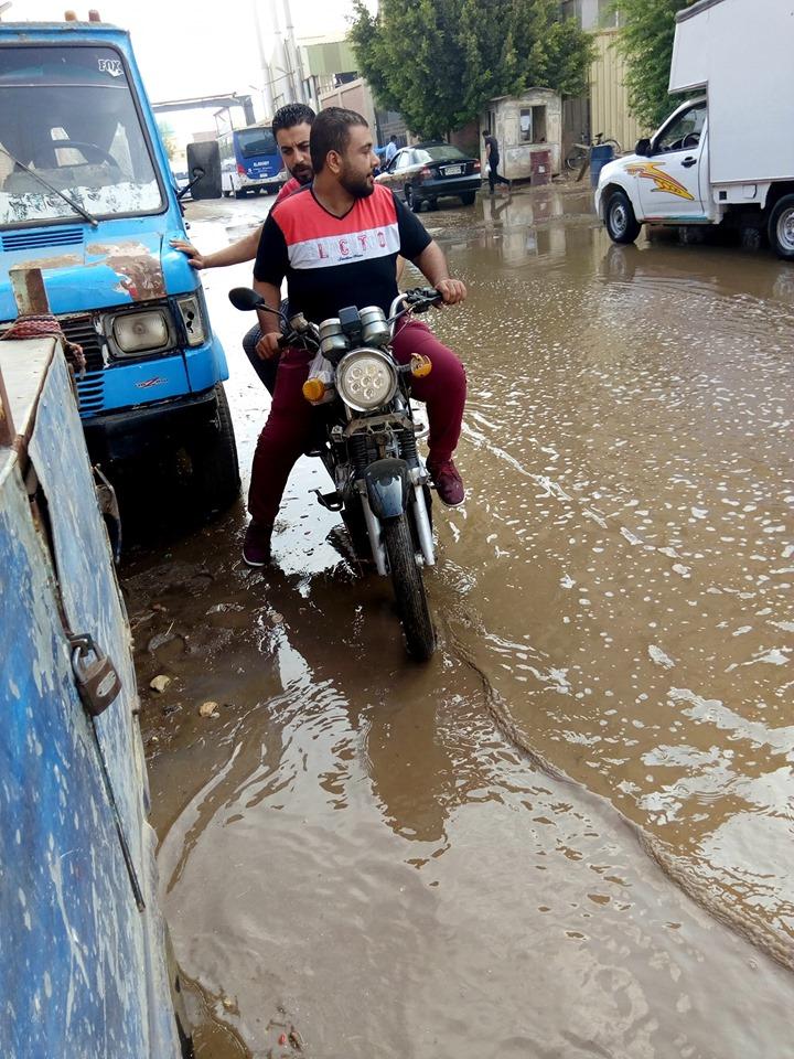 غرق شارع توشيبا ببنها بسبب كسر ماسورة مياه (6)