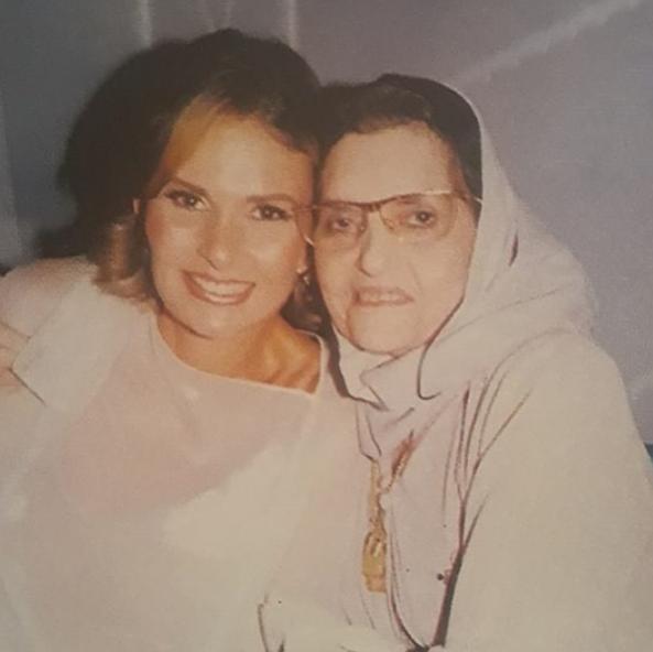 صورة نادرة ليسرا و والدتها