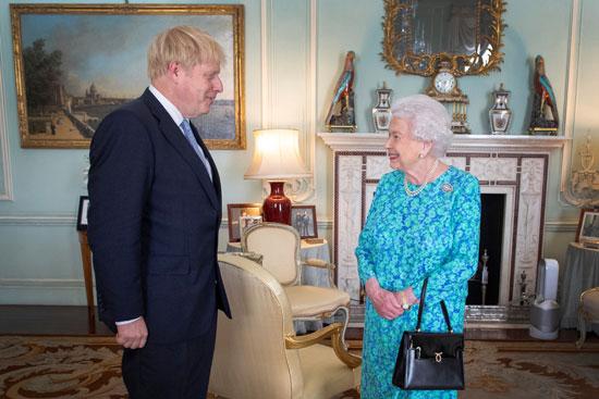 الملكة إليزابيث تصدق على تعيين جونسون رئيسا لوزراء بريطانيا
