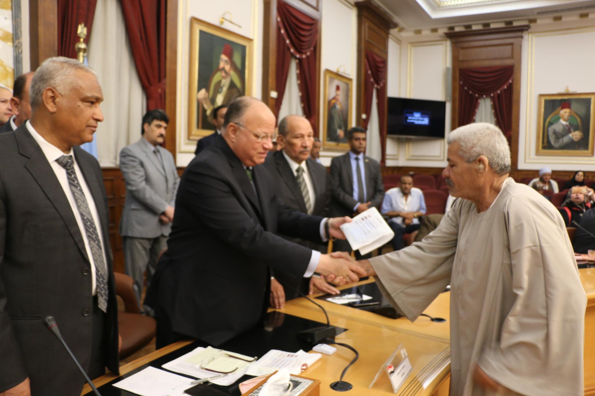محافظ القاهرة يوزع تأشيرات الحج على حجاج الجمعيات الأهلية (2)