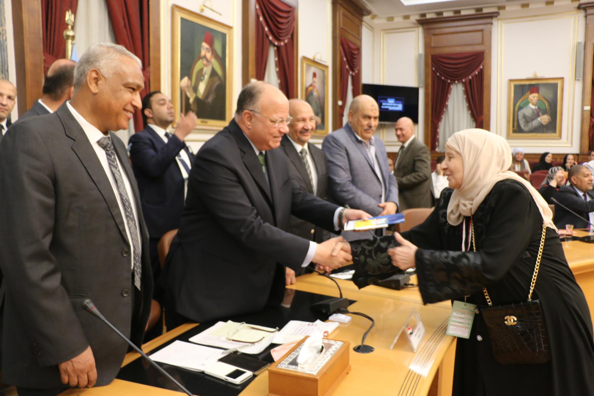 محافظ القاهرة يوزع تأشيرات الحج على حجاج الجمعيات الأهلية (1)