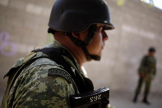 أحد أفراد الحس الوطنى المكسيكى يتابع مراقبة الحدود مع امريكا