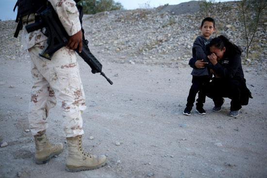 مهاجرة من جواتيمالا تتوسل لضابط أمريكى