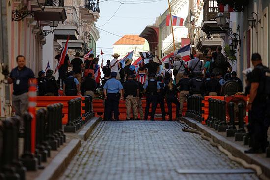 ضباط الشرطة فى حراسة أمام المتظاهرين أثناء الاحتجاجات