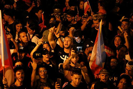 المتظاهرون يهتفون بشعارات خلال اخحتجاجاتهم للمطالبة باستقالة الحاكم ريكاردو روسيلو