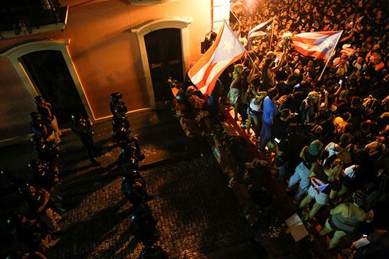 الشرطة تمنع المتظاهرين من التقدم وتقف امامهم