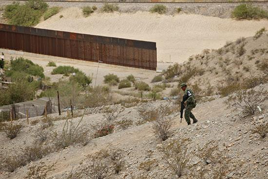 السياج الحدودى بين امريكا والمكسيك
