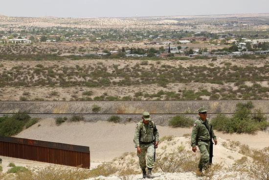 مراقبة الجيش المكسيكى للحدود بعد تهديد  الرئيس ترامب للمكسيك بفرض رسوم جمركية مشددة عليها إذا لم تتحرك لوقف تدفق المهاجرين