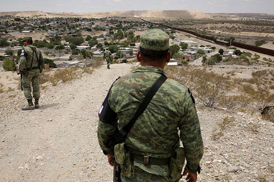 افراد الجيش والشرطة المكسيسكة بنتشرون على الحدود مع امريكا