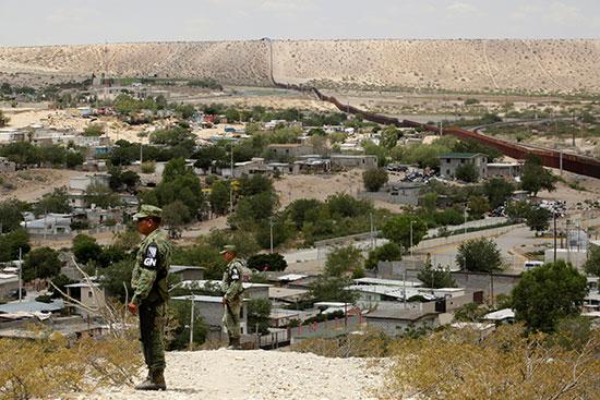 عناصر من الجيش المكسيكى يتمركزون على الحدود لمنع الهجرة لامريكا