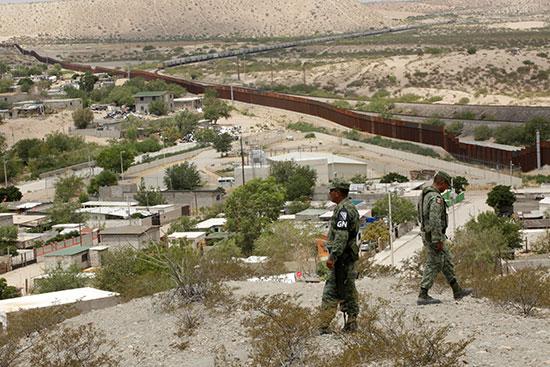 أفراد من الحرس الوطني المكسيكي يقومون بدوريات على الحدود مع الولايات المتحدة