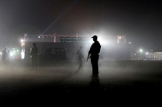 هطول الأمطار على رجال الأمن