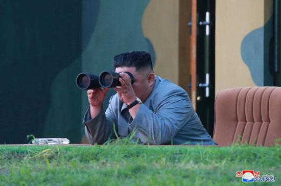 زعيم كوريا الشمالية يتابع انطلاق الصاروخ