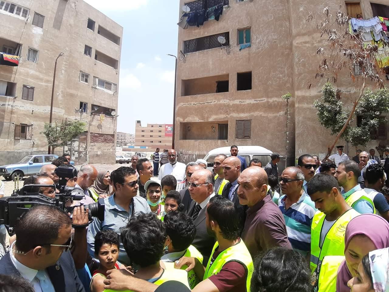 محافظ القاهرة يشارك فى مبادرة عيشة نضيفة (1)