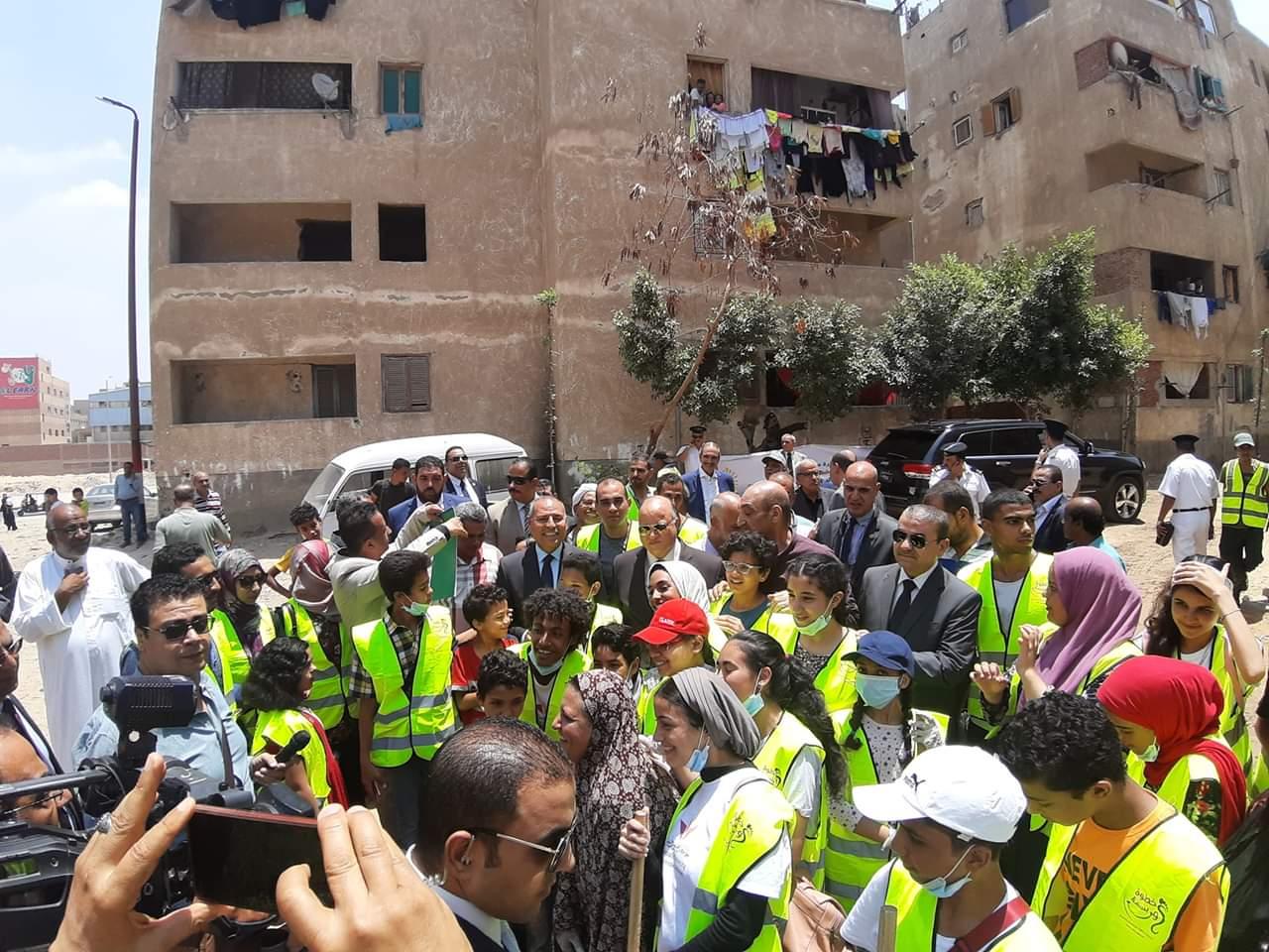 محافظ القاهرة يشارك فى مبادرة عيشة نضيفة (4)