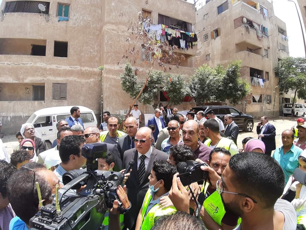 محافظ القاهرة يشارك فى مبادرة عيشة نضيفة (2)