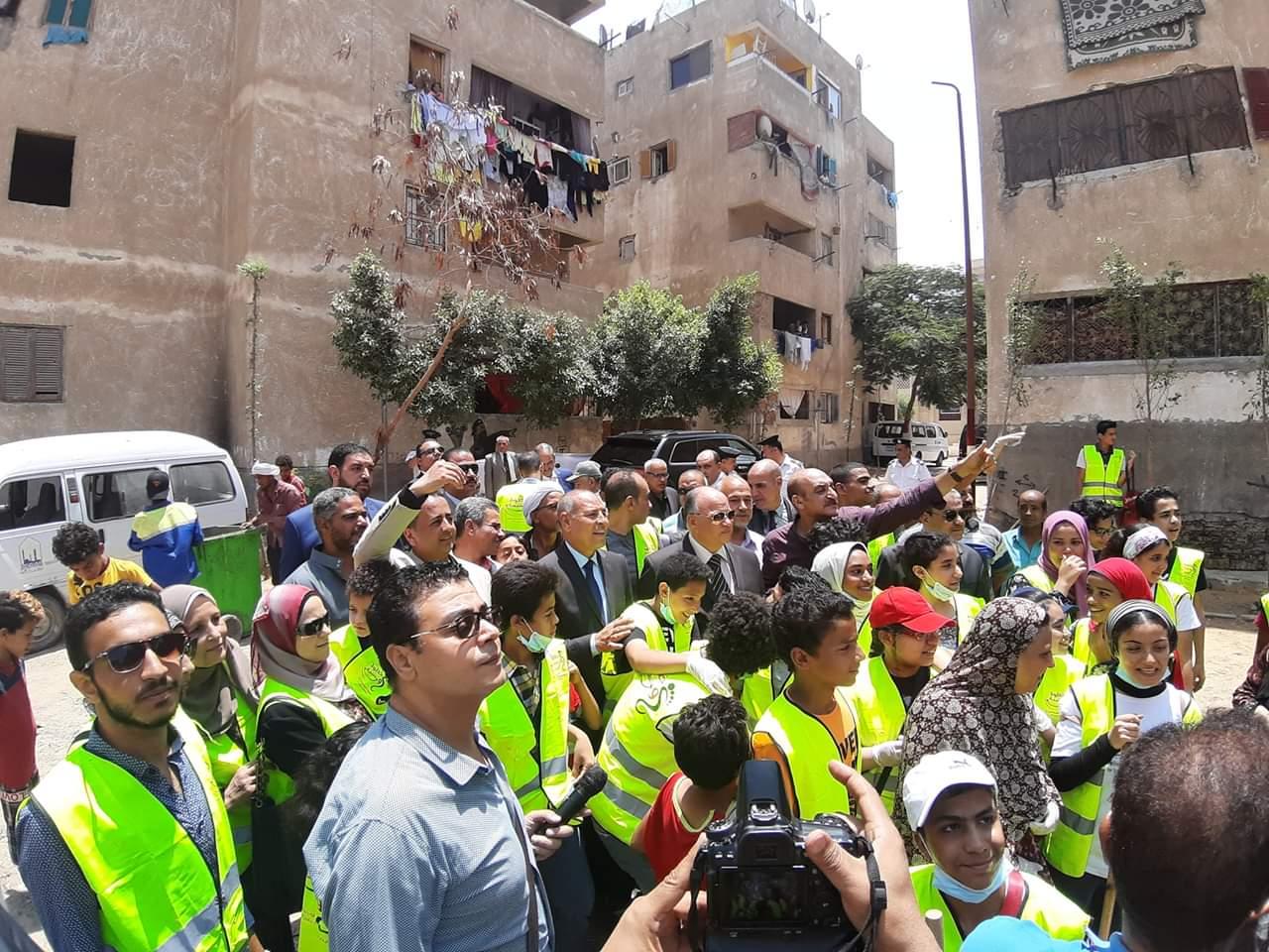 محافظ القاهرة يشارك فى مبادرة عيشة نضيفة (3)