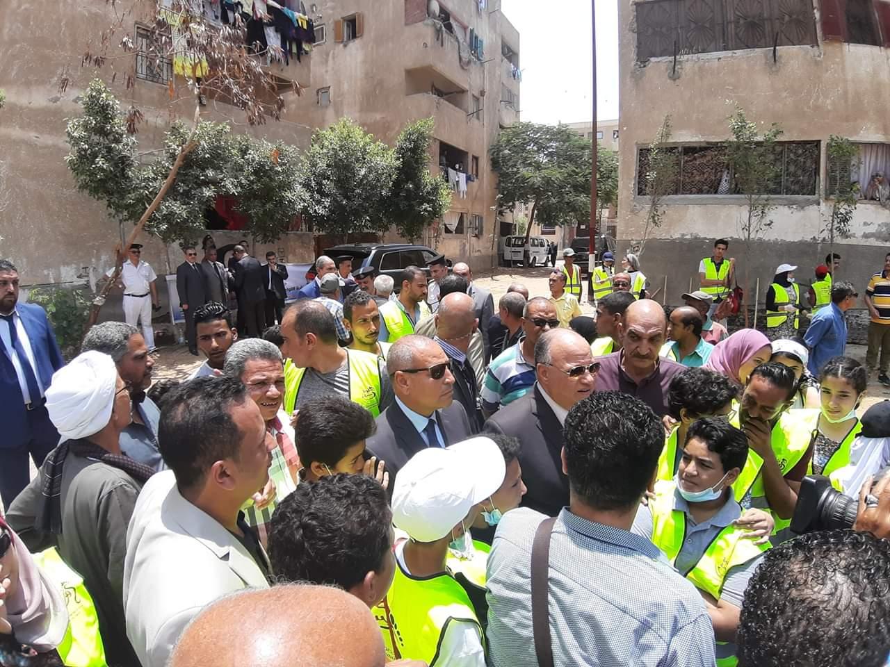 محافظ القاهرة يشارك فى مبادرة عيشة نضيفة (5)