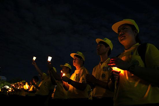 مواطنو تايلاند يحتفلون بعيد ميلاد الملك