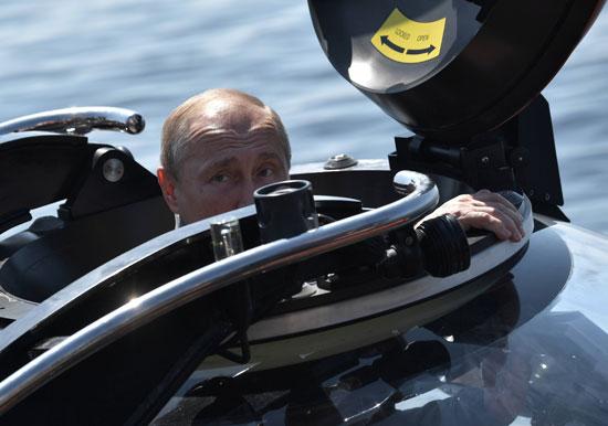 بوتين يغوص فى البحر الأسود لرؤية غواصة سوفيتية (5)