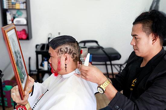 أحد المواطنين يحتفل بالملك عبر قصة شعره