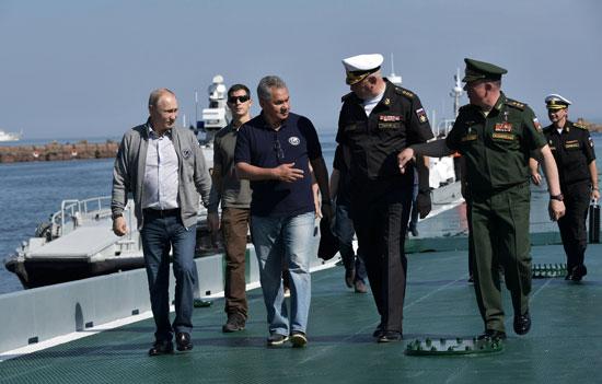 بوتين يغوص فى البحر الأسود لرؤية غواصة سوفيتية (7)
