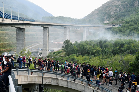 احتجاجات فى إيطاليا ضد إنشاء خط سكة حديد  تى ايه فى (5)