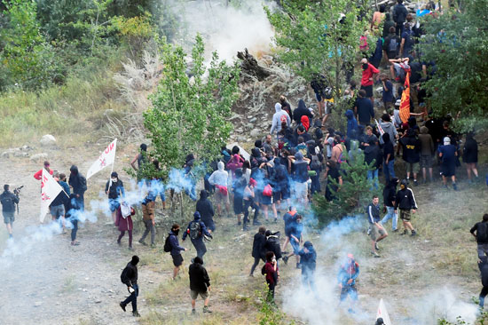 احتجاجات فى إيطاليا ضد إنشاء خط سكة حديد  تى ايه فى (3)