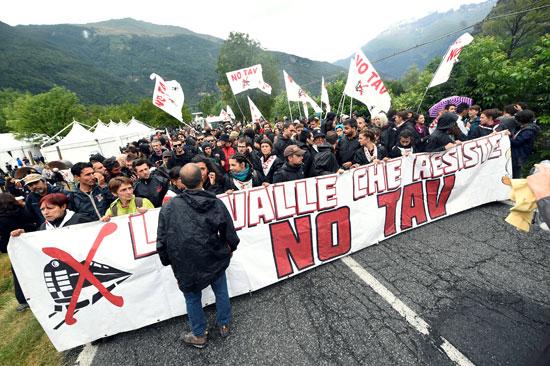 احتجاجات فى إيطاليا ضد إنشاء خط سكة حديد  تى ايه فى (2)