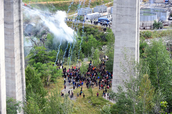 احتجاجات فى إيطاليا ضد إنشاء خط سكة حديد  تى ايه فى (4)