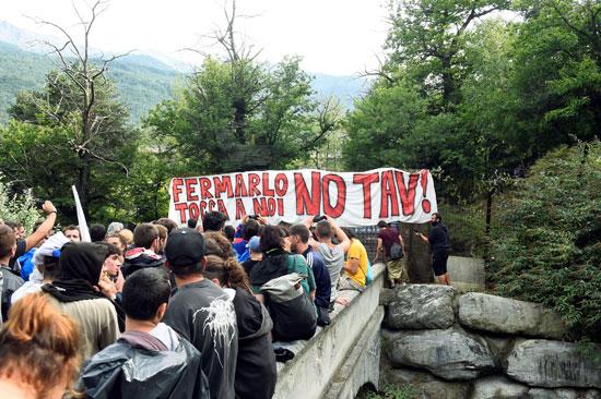 احتجاجات فى إيطاليا ضد إنشاء خط سكة حديد  تى ايه فى (7)