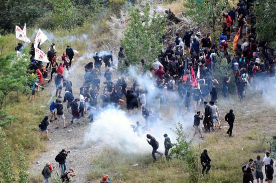 احتجاجات فى إيطاليا ضد إنشاء خط سكة حديد  تى ايه فى (1)