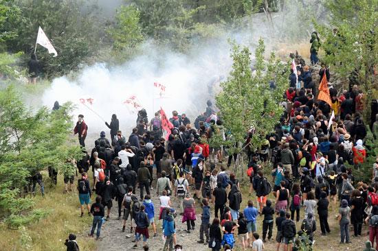 احتجاجات فى إيطاليا ضد إنشاء خط سكة حديد  تى ايه فى (8)