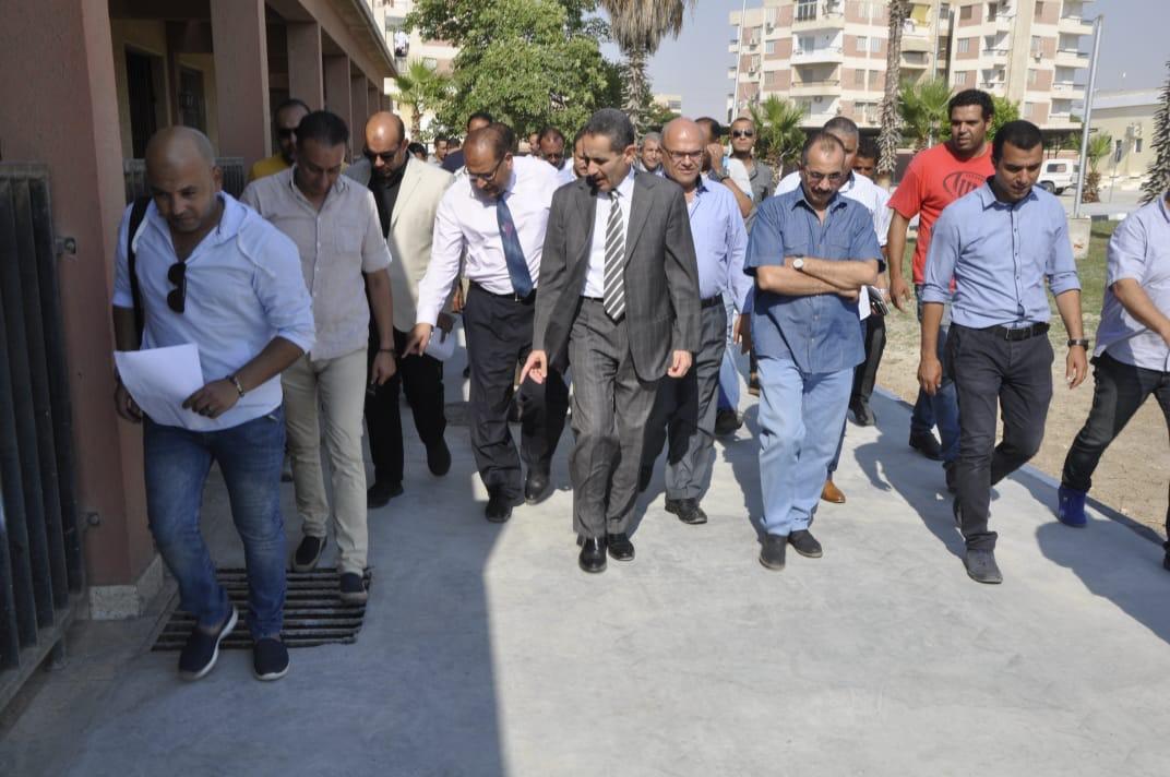 رئيس جامعة قناة السويس يفتتح العيادات الخارجية للمستشفى الجامعى (3)