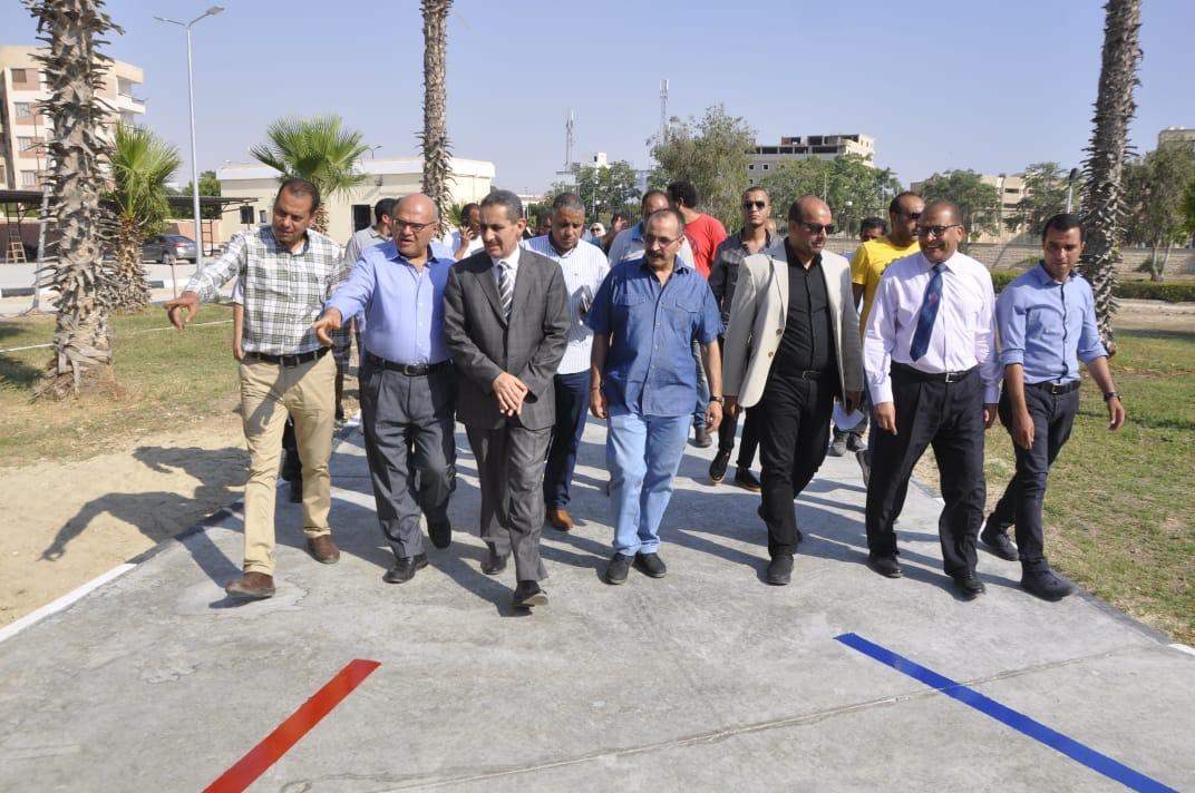 رئيس جامعة قناة السويس يفتتح العيادات الخارجية للمستشفى الجامعى (5)