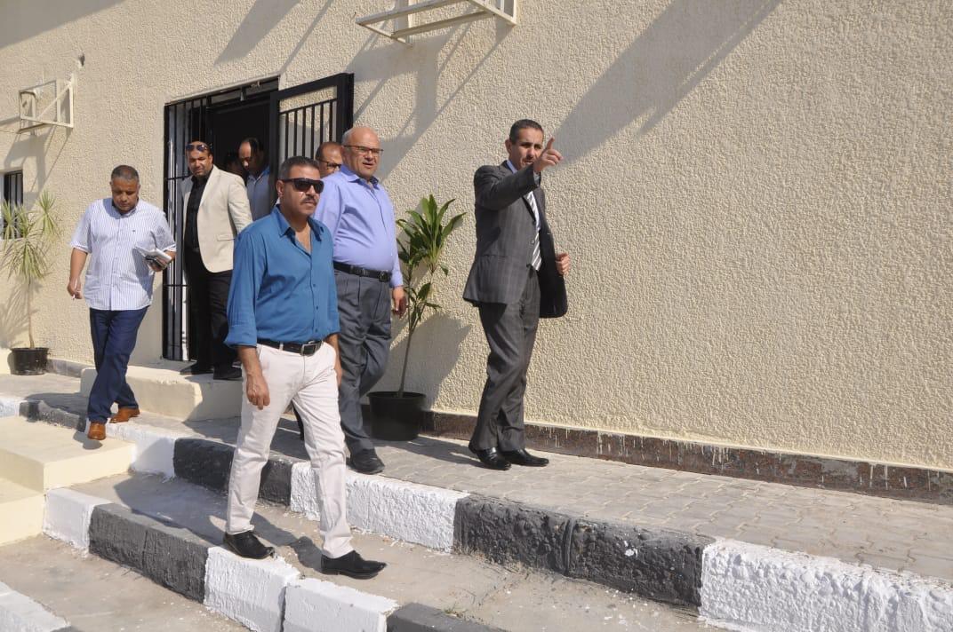 رئيس جامعة قناة السويس يفتتح العيادات الخارجية للمستشفى الجامعى (4)